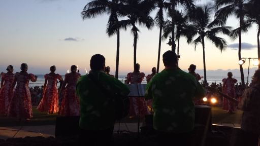Waikiki Plajı'nda Hulu Dansı Gecesi